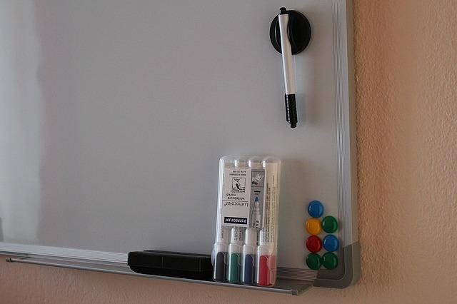 Filzstiftflecken von Whiteboard entfernen