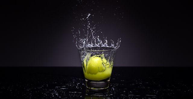 Milchige Gläser klar spülen