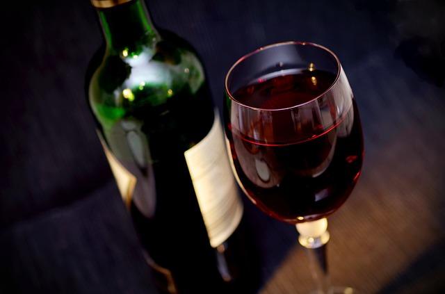 Schwarzer Stuhlgang durch Rotwein