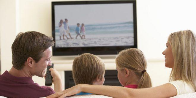 Bild Familie schaut fernsehen